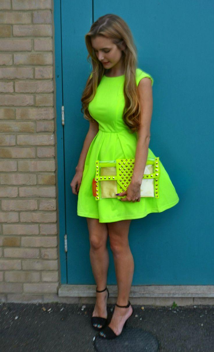 vestido de verão cor vibrante