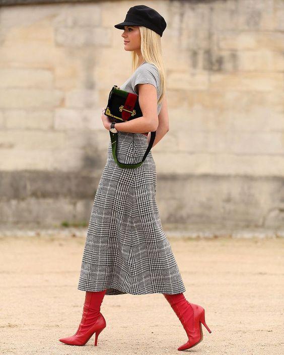 bota vermelha combinada com xadrez cinza